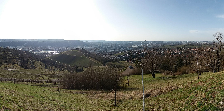 Stuttgart vista do morro Rotenberg no início de março, tempo limpo, muito sol.