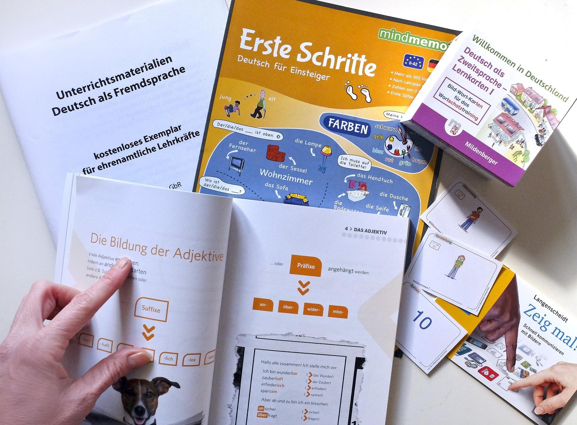 Mesa com vários materiais impressos para o estudo do idioma alemão.