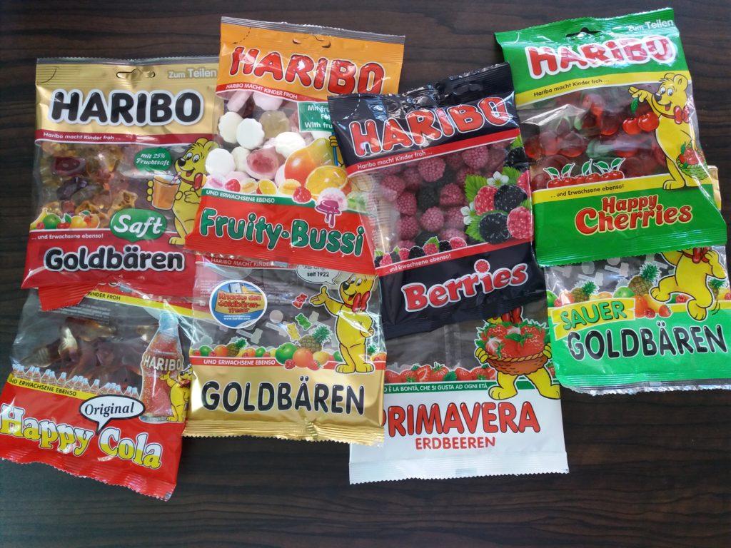 Oito pacotes de diferentes tipos de balas de gelatina da marca Haribo.