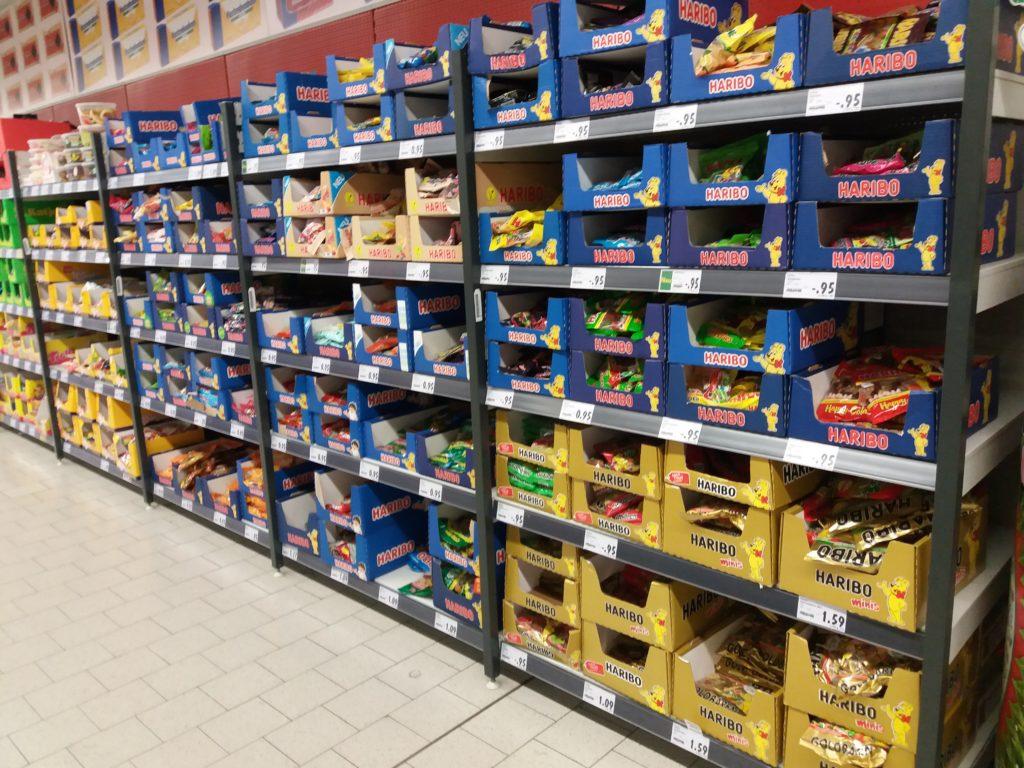 Prateleira de supermercado cheia de diversos tipos de doce Haribo.