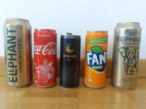 Cinco latas de alumínio, de cerveja, refrigerante e energético.