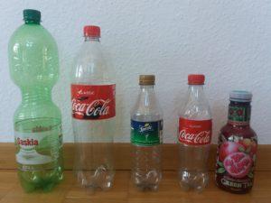 Cinco garrafas plásticas de água, refrigerante e chá.