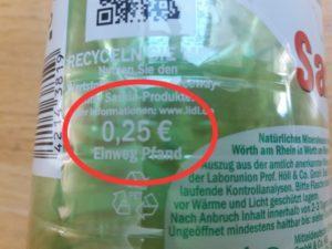 Exemplo de garrafa de água mineral, mostrando o valor de 25 centavos de euro pago pelo Pfand.