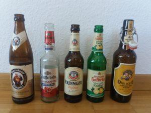 Cinco garrafas de cerveja.