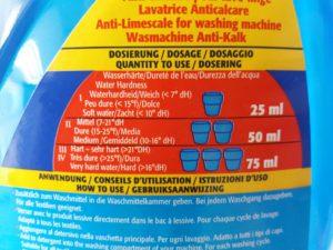 """Verso da embalagem do """"Wasserenthärter"""", mostrando a dosagem correta para cada nível de dureza da água."""