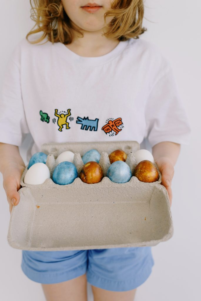 Procurar por ovos escondidos e dar uma volta ao ar livre